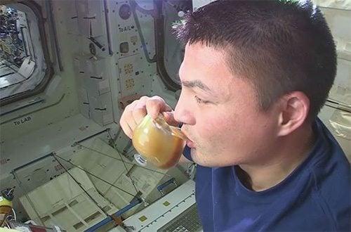 astronot-minum-air-digelas