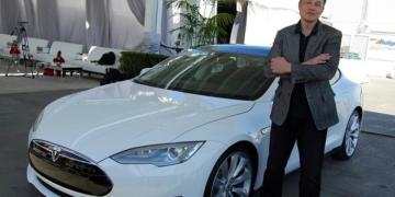 Elon Musk Dengan Tesla Mobil Elektronik