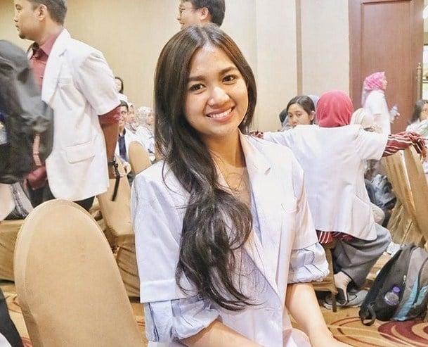 10 Potret Estelita Liana, Dokter Cantik Yang Bikin Kalian Ingin Disuntik Melulu! Kuliah