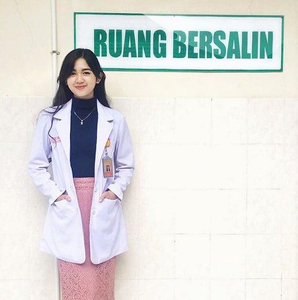 10 Potret Estelita Liana, Dokter Cantik Yang Bikin Kalian Ingin Disuntik Melulu! PKL
