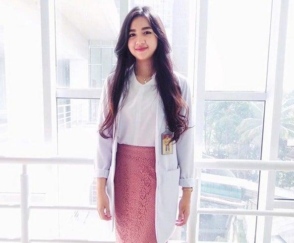 10 Potret Estelita Liana, Dokter Cantik Yang Bikin Kalian Ingin Disuntik Melulu! Pintar