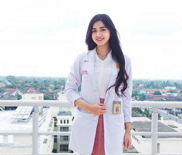 10 Potret Estelita Liana, Dokter Cantik Yang Bikin Kalian Ingin Disuntik Melulu! Viral
