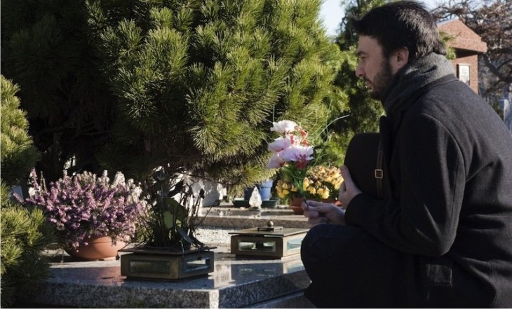 Bukan Narkoba, Inilah 6 Kecanduan Paling Aneh Di Dunia! Kecanduan Datang Ke Pemakaman
