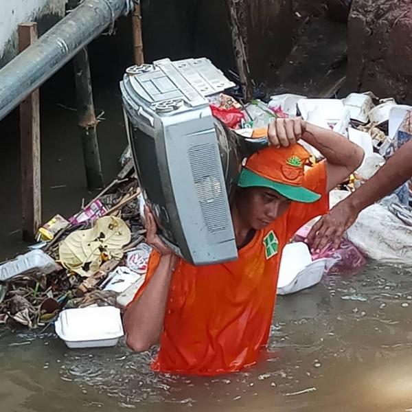 Hoki Banget, 8 Barang Yang Masih Berguna Ini Ditemukan Di Sungai Jakarta Loh! Elektronik