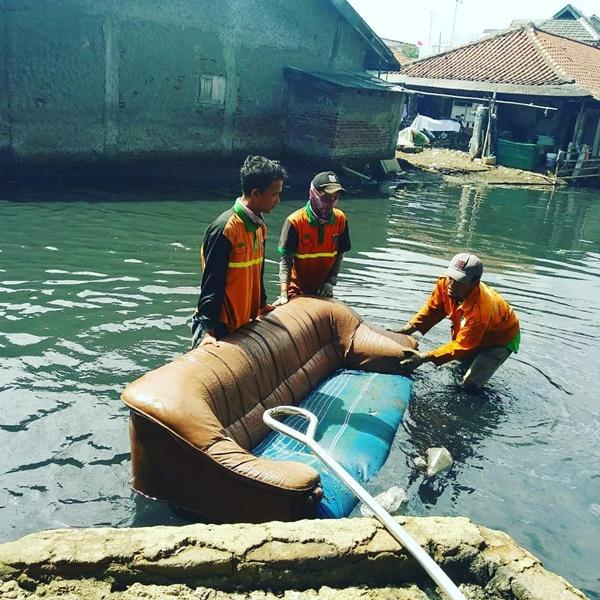 Hoki Banget, 8 Barang Yang Masih Berguna Ini Ditemukan Di Sungai Jakarta Loh! Sofa