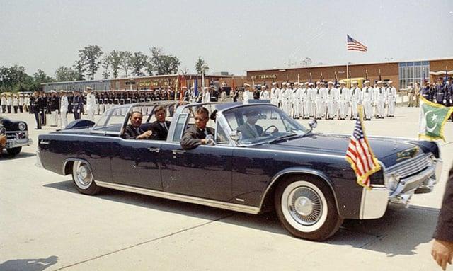 Mengerikan, Inilah 7 Kendaraan Berhantu Dan Paling Terkutuk Di Dunia! John F. Kennedy's Limousine SS 100 X