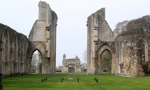 Mengerikan! Inilah Kisah Tragis Dibalik Keindahan 10 Tempat Ibadah Terkenal Di Dunia, Penasaran Konflik Berdarah Gereja Glastonbury Abbey 2