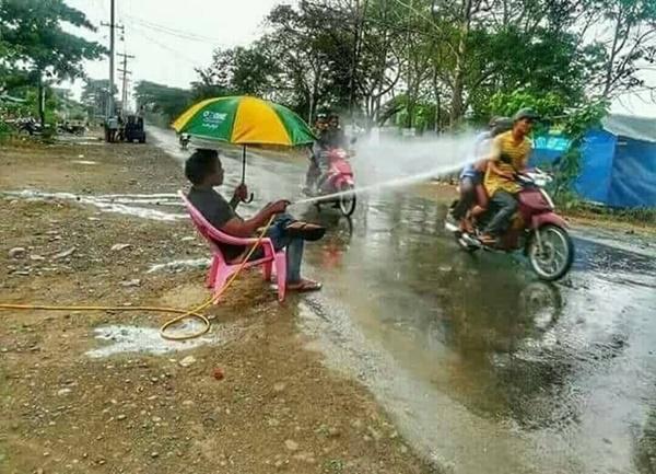 Ngakak, 8 Foto Ini Dijamin Bikin Kamu Pengen Bilang 'Terserah Bapak Aja Deh' Buang Buang Air
