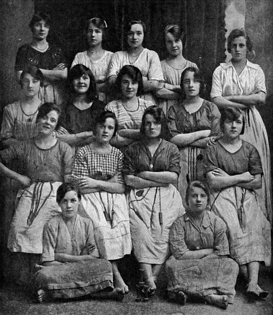 Penampakan Hantu Di Foto Era 1900 An Ini Bikin Enggak Bisa Tidur, Bisa Kalian Temukan Dafunda