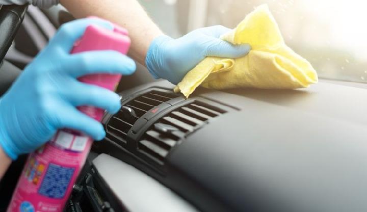 Menggunakan Sarung Tangan Saat Membersihkan Perangkat